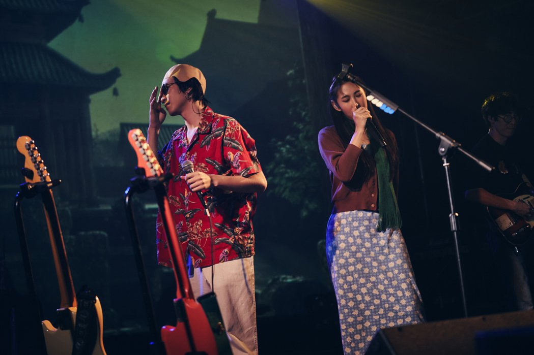 許含光(左)戴起光頭頭套,跟王若琳合唱驚喜眾人。圖/好多音樂提供