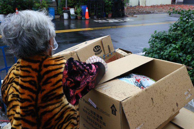 白牌車司機的高齡母親以回收為業,出院後以拾荒維生。記者黃仲裕/攝影