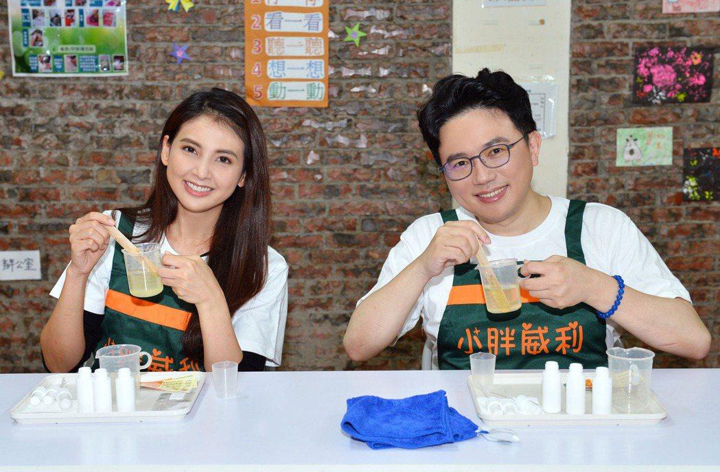 韋汝(左)和江坤俊探視「小胖威利病友關懷協會」。圖/TVBS提供
