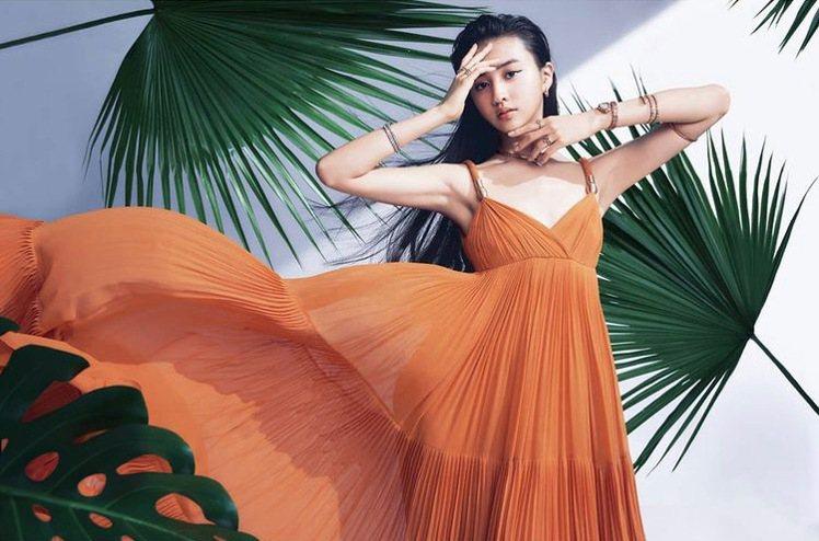寶格麗品牌大使木村光希同時登上另一本雜誌封面,一樣演繹寶格麗Serpenti系列...