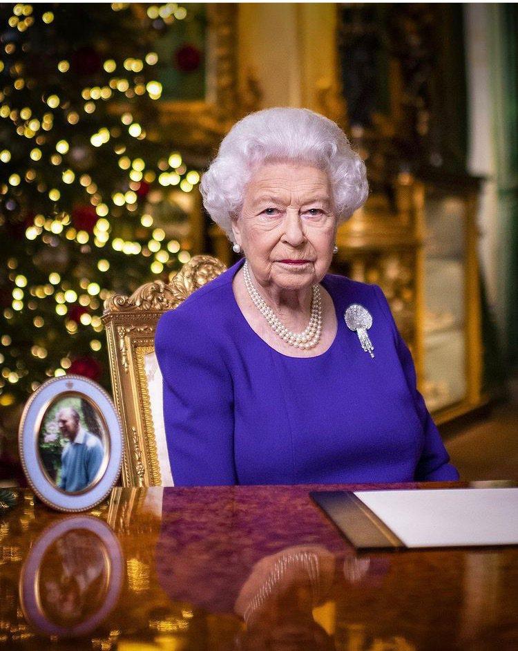 英女王伊莉莎白二世配戴著名的Courtauld-Thomson貝殼胸針發表耶誕談...