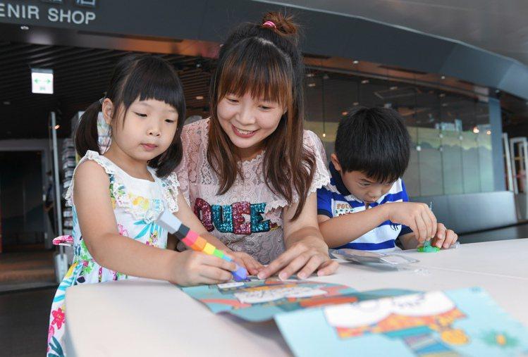 針對親子客,台北101除了將官網學習專區升級2.0,也將在89樓增設親子繪畫區。...