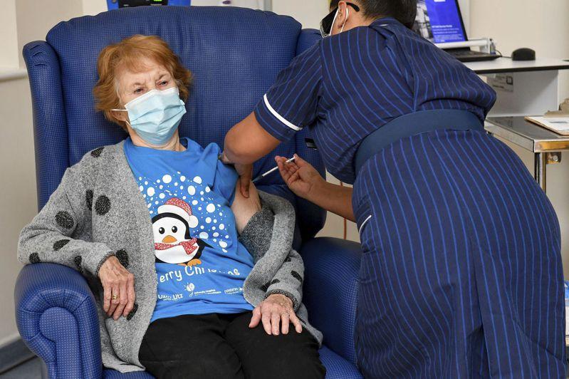 英國90歲的老太太基南12月8日成為試驗者外,全球第一位接種輝瑞疫苗的人。美聯社