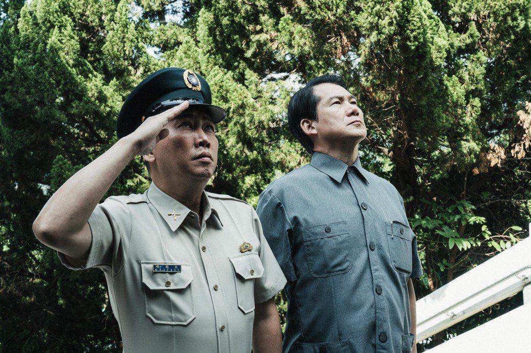 趙正平(左)所飾的白教官遭羅光旭所飾的校長背叛。圖/公視提供