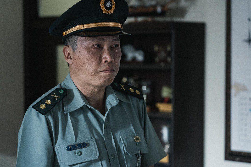 趙正平所飾的「白教官」被迫退休流下不甘淚水。圖/公視提供