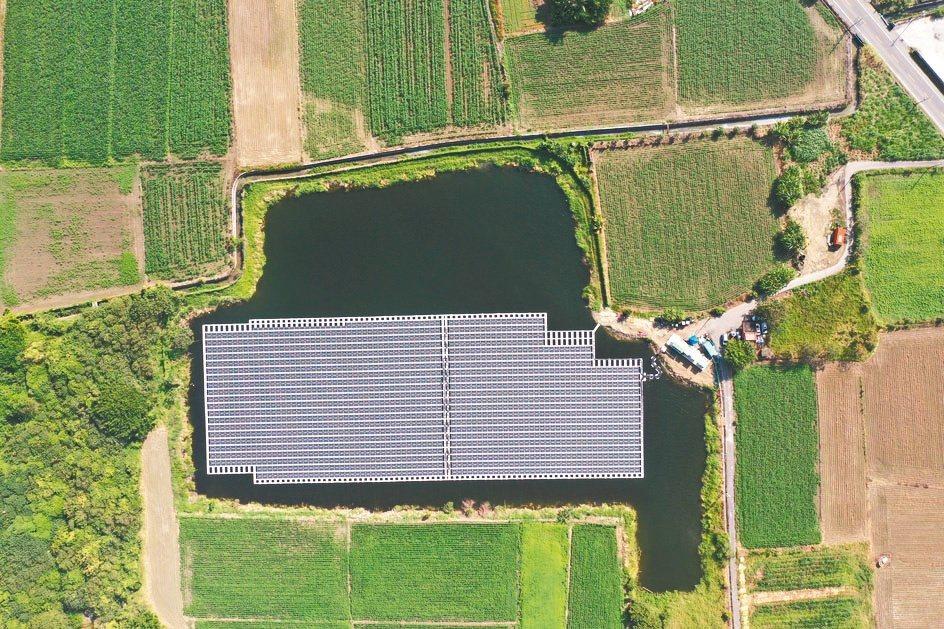 位於台南的水面型太陽能案場採用夏爾特拉Hydrelio技術,裝置容量1,251k...