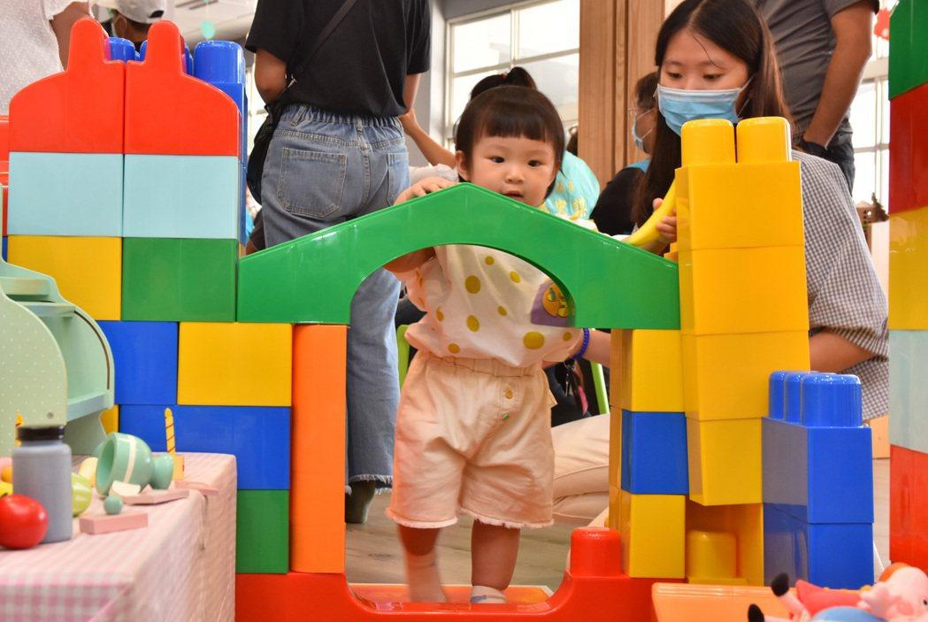 台灣去年首度人口負成長,政府該祭出哪些政策讓危機化為轉機,可說是跟防疫一樣重要。...