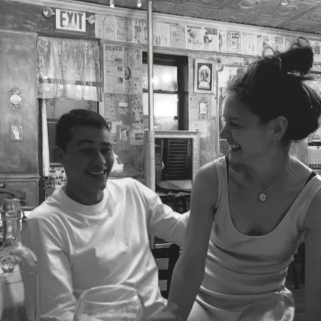 艾米里歐維托洛(左)發布和凱蒂荷姆絲的開心合照,正式宣告熱戀中。圖/摘自Inst...