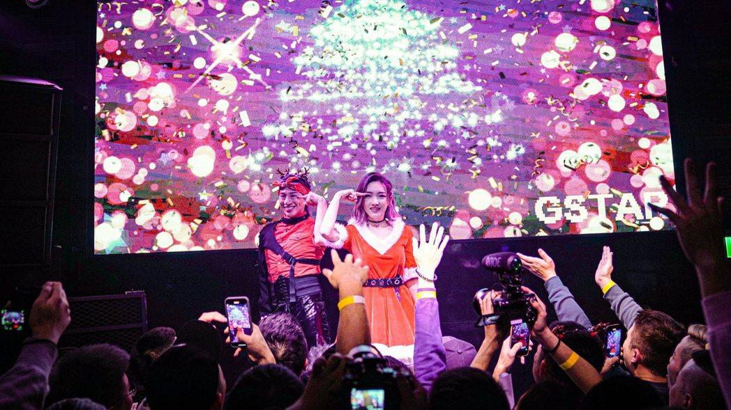 閻奕格(右)現身同志酒吧G Star演出,請到嘻小瓜助陣。圖/華研國際提供