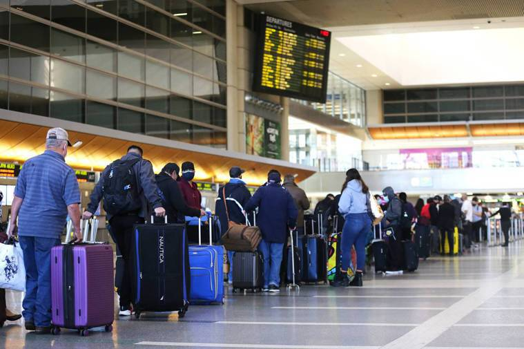 美國洛杉磯疫情拉警報,近日衛生機關下令,南加州以外進入洛杉磯的旅客必須檢疫隔離1...