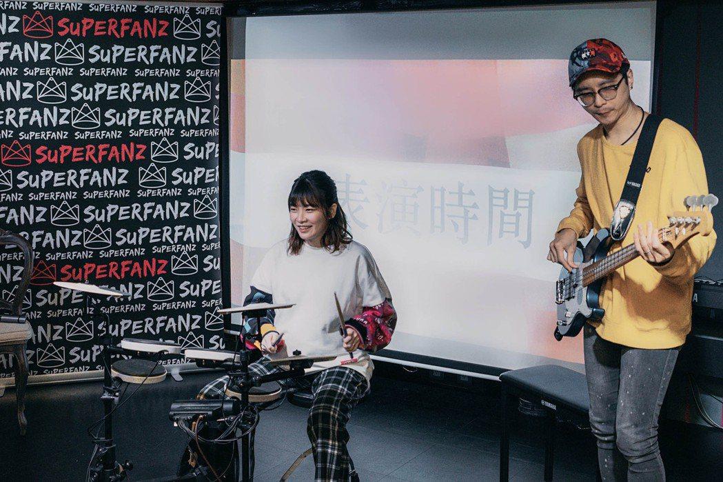 羅小白(左)和老公「IO樂團」前貝斯手Sho合體演出。圖/Superfanz提供