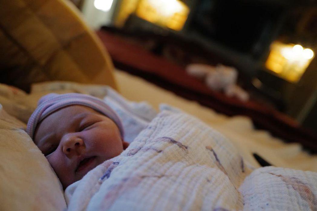 喬許布洛林的小女兒在耶誕節當天誕生。圖/摘自Instagram
