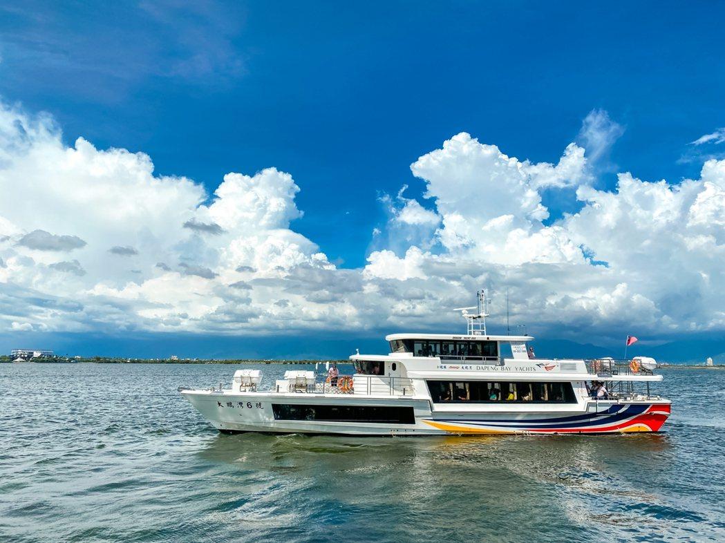 高雄市政府舉辦「2021跨百光年」為主題的跨年活動,民眾可搭乘「愛之船跨百光年專...