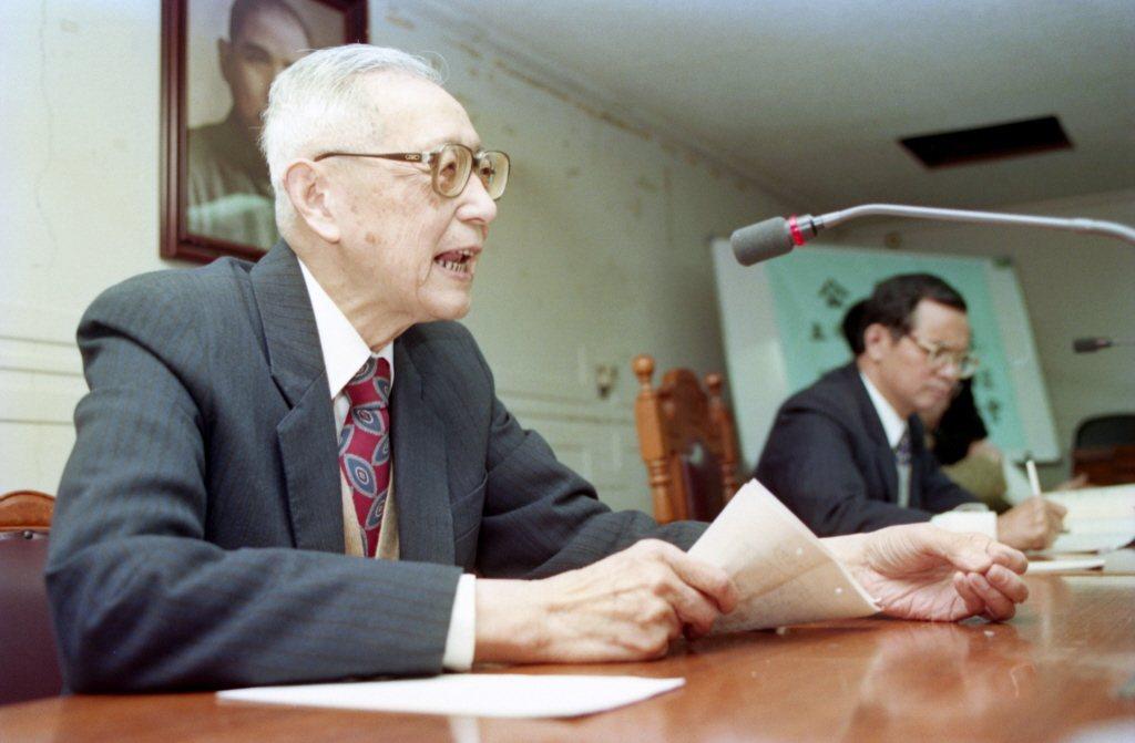 1994年,鈕先鍾(左)出席立法院「評國防報告書」公聽會。 圖/聯合報系資料照
