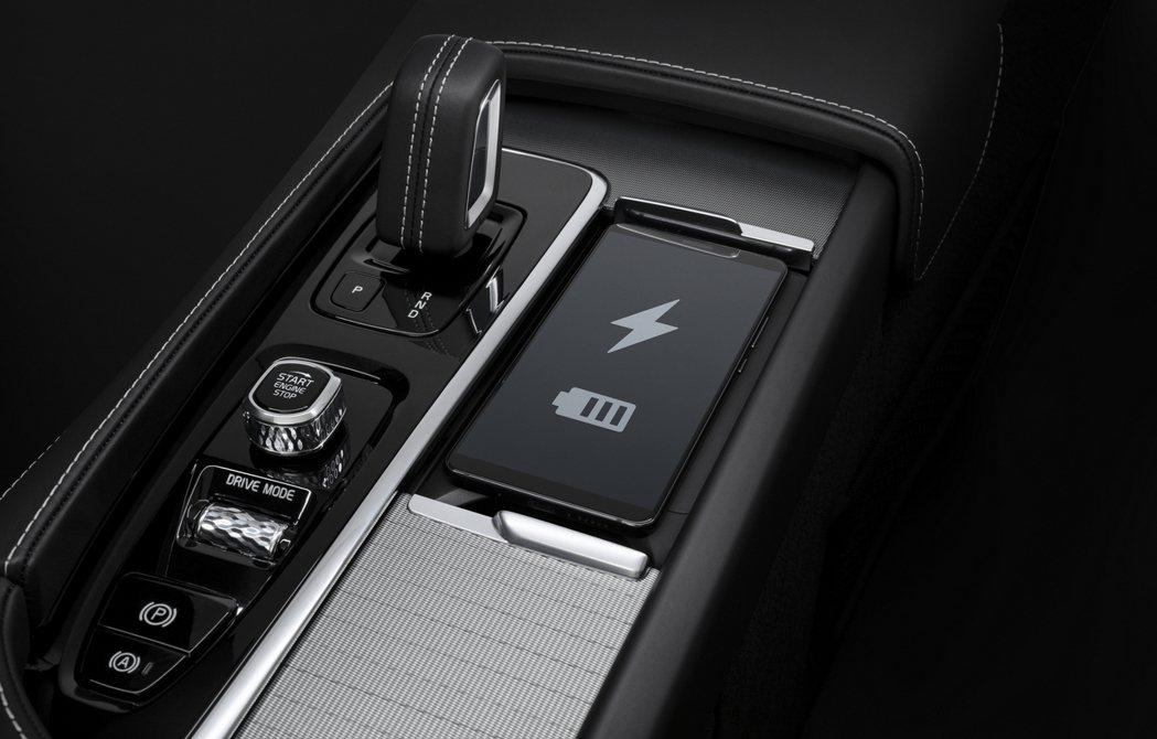 現在入主 B4 Momentum 車款可享有雙前座四向電動腰靠調整、副駕駛座記憶...