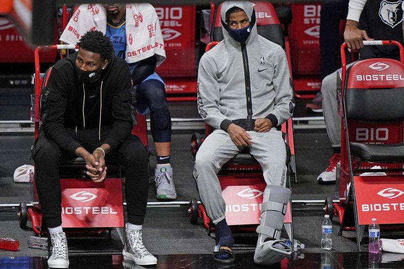 灰熊核心主控莫蘭特比賽中腳踝大扭,坐輪椅退場,在比賽後段也穿上保護靴回到板凳席。 美聯社