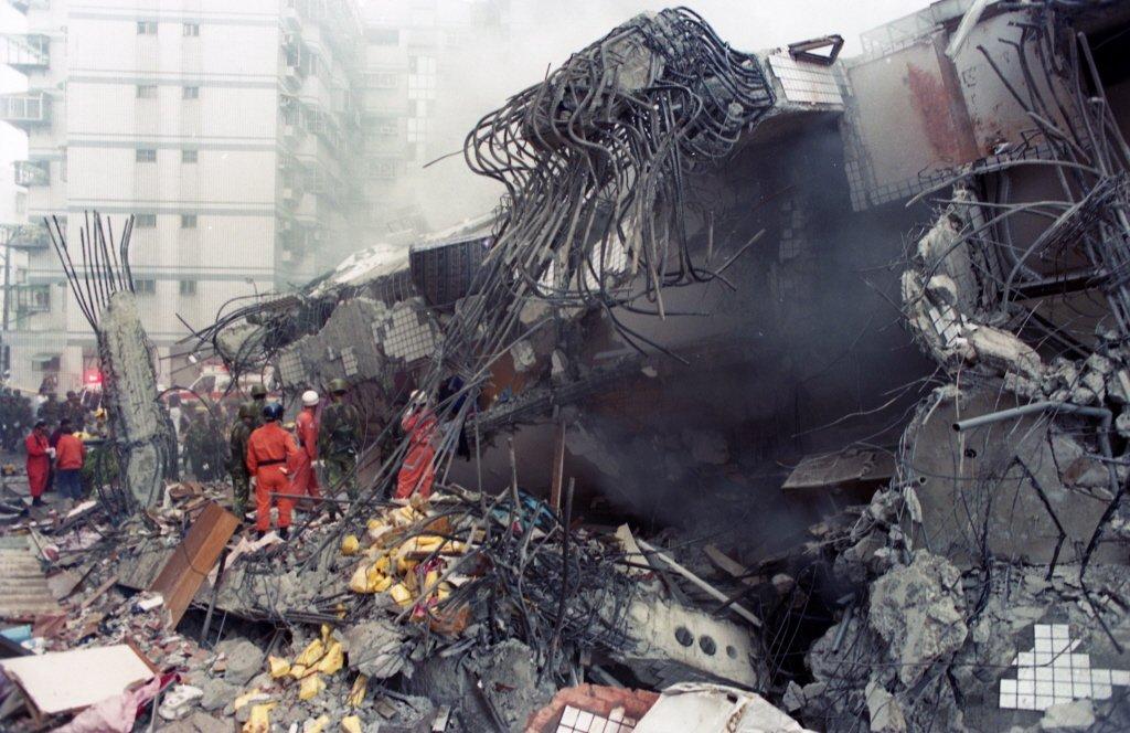 1999年09月21日,當時的台北縣新莊市民安路「博士的家」社區因921地震倒塌...