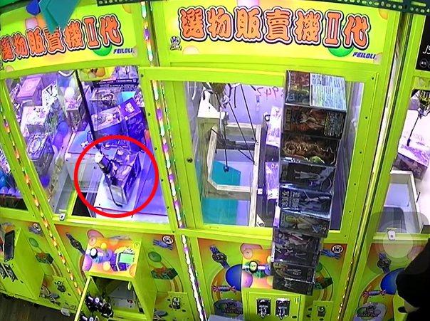 一名夾娃娃機業者日前在整理物品時,一旁無人使用的娃娃機竟然自己動了起來,影片曝光也讓人看傻了眼。 圖/翻攝自「靈異公社」