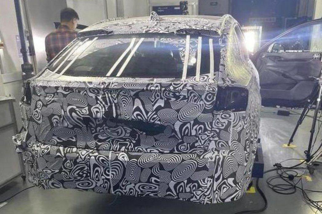 Ford Fusion/Mondeo Active偽裝車看來具備著一定的運動化氣...
