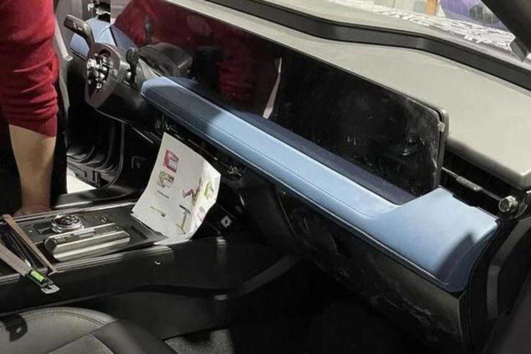 Ford Fusion/Mondeo Active內裝配置了延伸至副駕駛座前的長...