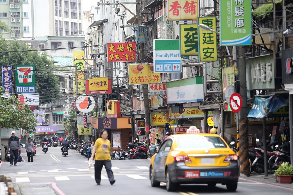有網友認為台灣街景殺手的「元凶」就是招牌。 聯合報系資料照片/記者杜建重攝影