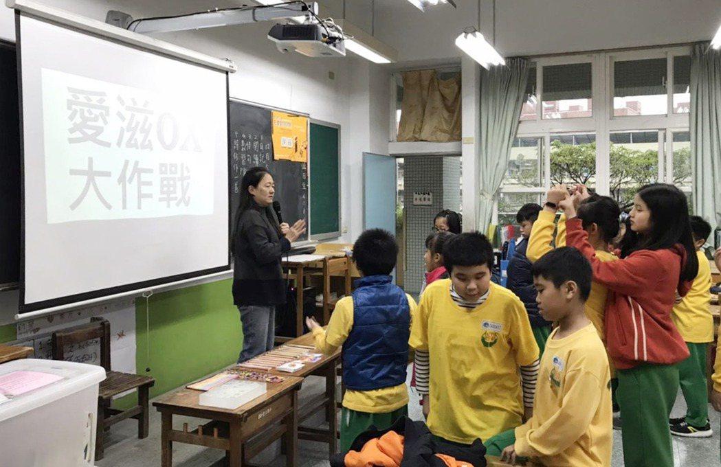 翁麗淑老師帶著學生玩愛滋圈叉大作戰,用遊戲代替考試了解學生的知識吸收狀況  圖/...