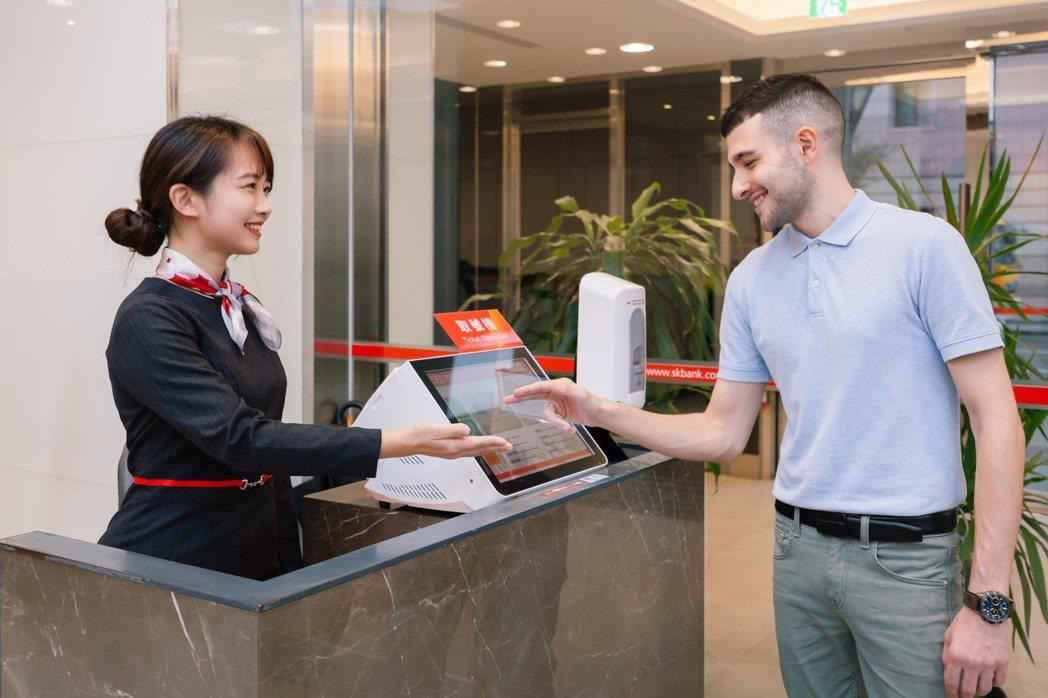 新光銀行世貿分行雙語化設施標示及書類表單,搭配櫃檯服務人員以英語提供金融服務,提...