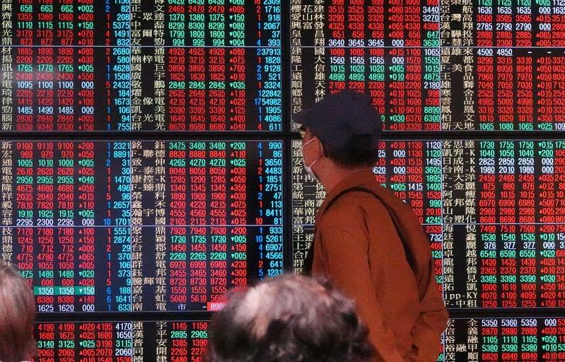 美股收長紅,只激勵台股演出半場好戲,在電子股出現逢高獲利了結賣壓下,指數由紅翻黑,收在14472點,不過成交值持續增溫,爆出近3000億元的近期大量。 本報系資料庫