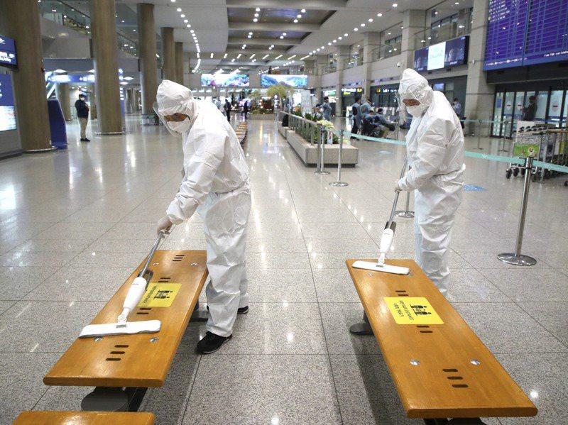 衛生人員28日在仁川機場進行消毒。美聯社
