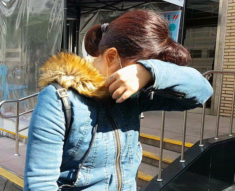無照保母楊彗將3歲男童「照顧成植物人」,台灣高等法院更一審今辯論終結,楊女只承認是疏失,但無法交代200公分高的牆壁上為何有男童的鮮血。高檢署公訴檢察官具體求刑8年,楊彗則請法官「判輕一點」。記者王宏舜/攝影