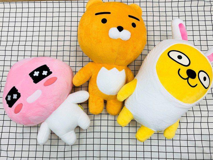 全家便利商店全新推出KAKAO FRIENDS集點加價購,中型娃娃共有Ryan、...