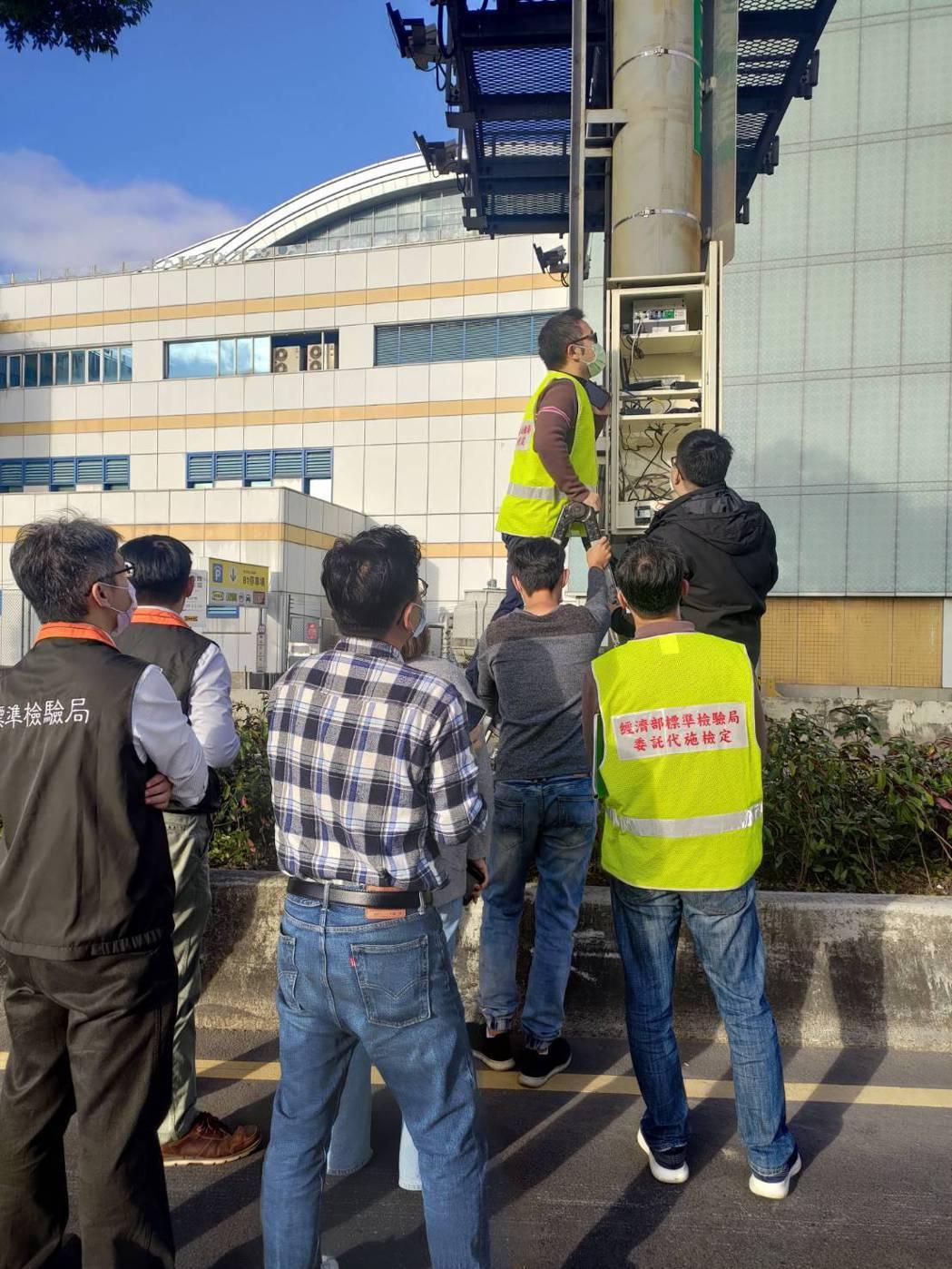 標檢局會同警方現場檢測區間測速設備。圖/警方提供