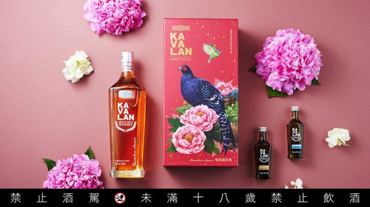 「噶瑪蘭經典單一麥芽威士忌禮盒」以臺灣帝雉為設計主體,搭配具有吉祥意涵的五色鳥、...