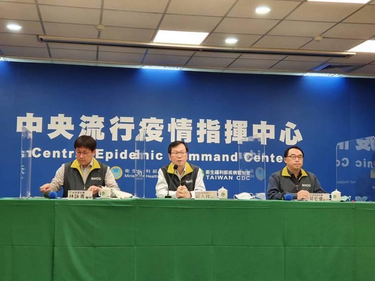 中央流行疫情指揮中心12月29日記者會,出席名單由左到右疾病管制署預防醫學辦公室...