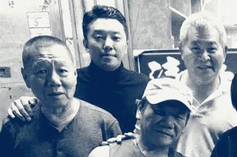 被影壇稱為「坤哥」的張華坤,曾擔任「悲情城市」、「戀戀風塵」製片,上周六因肺腺癌過世,享壽67歲,被他帶入行的段鈞豪也為此感嘆,「謝謝您,謝謝。我會永遠想念您,記得您。如有來生,我們片場見」。與張華...