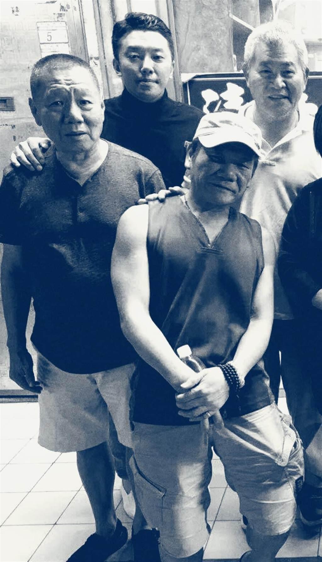 段鈞豪(後排中)秀出與張華坤(左)的合影。圖/摘自臉書
