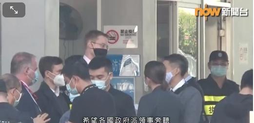 12名逃台灣香港人,28日在深圳市鹽田區法院一審開庭審理,多國領事館派出人員,但都無法進入法庭旁聽。(now news畫面截圖)