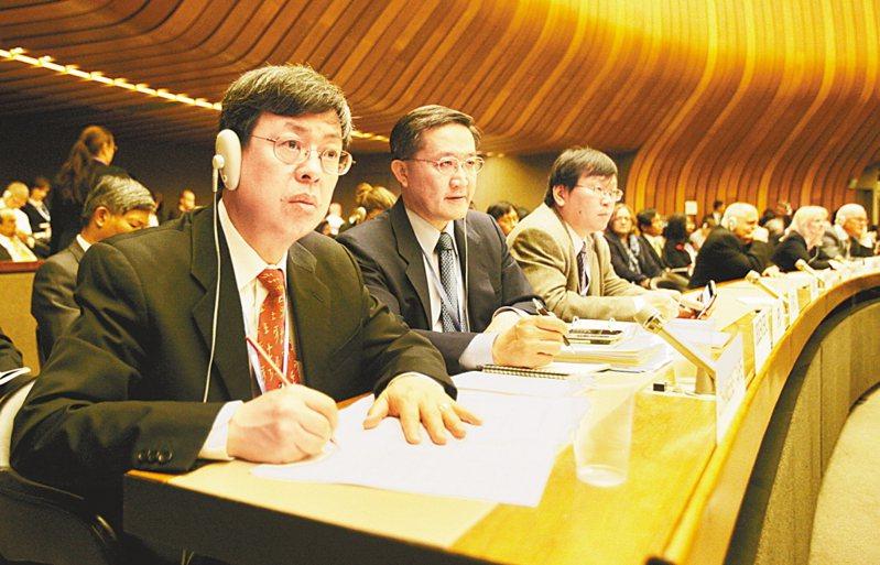 2009年,世界衛生大會(WHA)18日在日內瓦舉行,中央研究院院士陳建仁(左起)、衛生署疾管局局長郭旭崧出席A(H1N1)型流感高階會議。 中央社資料照