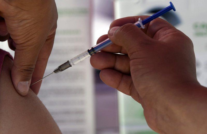 印尼近期將開始施打新冠肺炎疫苗,政府已發送簡訊給將醫護人員等優先接種的群體,請他們做好準備。示意圖。法新社