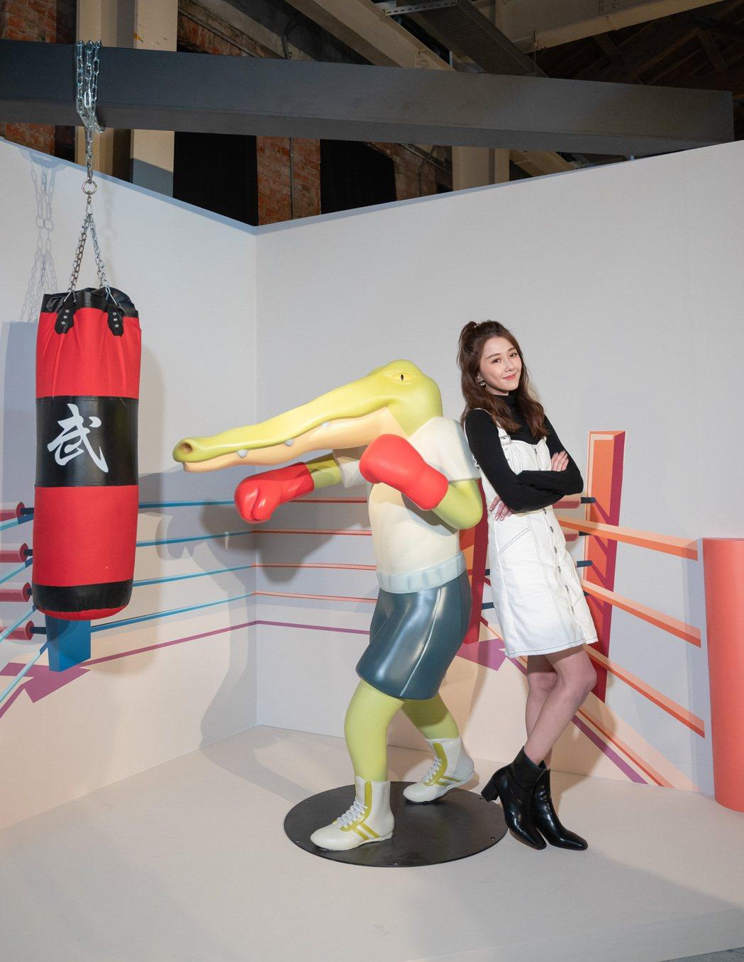 邵雨薇出席「Keigo展-我的生活不可能那麼壞」非常興奮。圖/寬宏提供