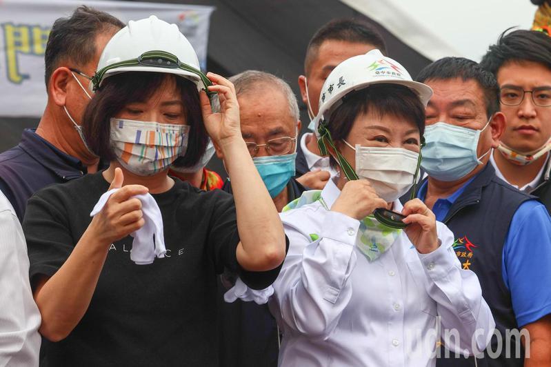 立委何欣純(左)下午出席南門橋動工典禮時,因為稍早言詞交鋒,與台中市長盧秀燕(右)互動尷尬。記者黃仲裕/攝影