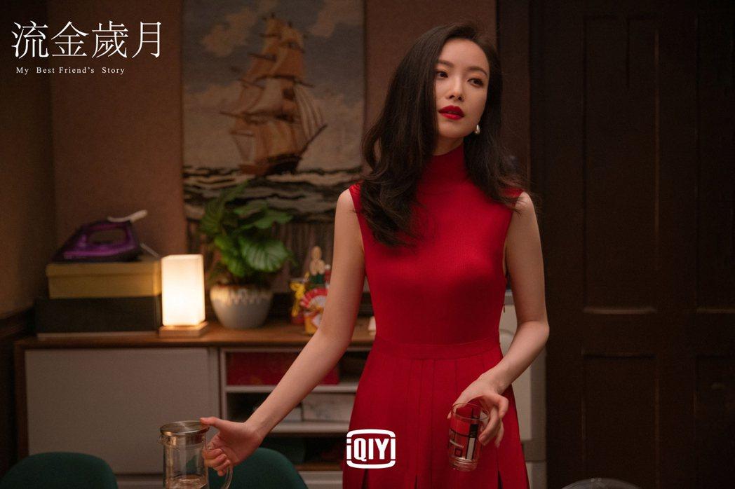 倪妮一襲貼身紅洋裝,神仙美顏展露無遺。圖/愛奇藝國際站提供