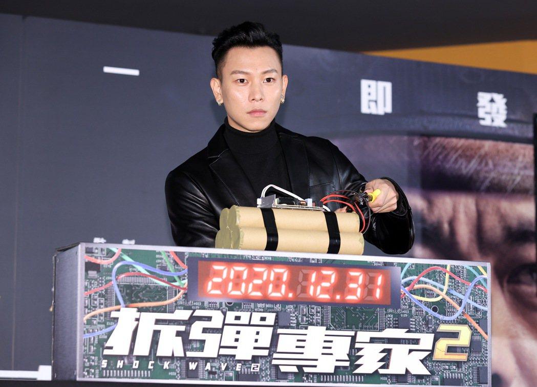 瘦子E.SO參與「拆彈專家2」模擬拆彈的儀式。記者余承翰/攝影