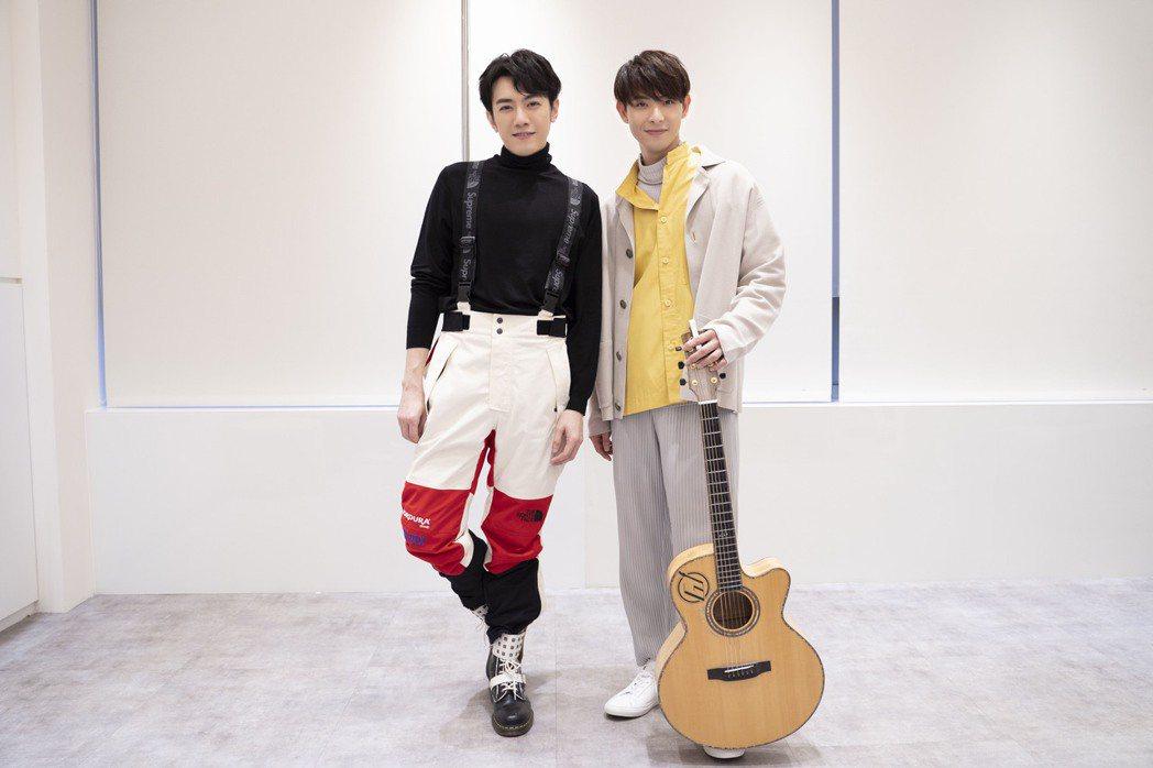李友廷(左)、連晨翔進行「還原度大挑戰」,互穿對方宣傳服。圖/Hit Fm聯播網