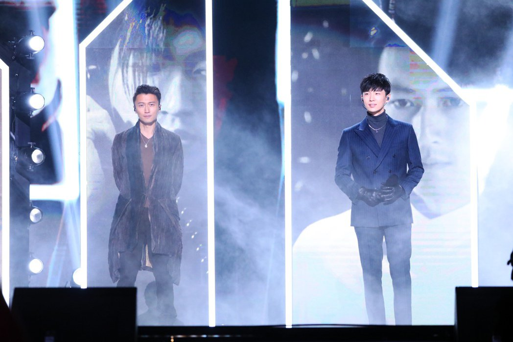 曹楊(右)參賽「中國好聲音2020」,與謝霆鋒於總決賽合唱。圖/杰威爾提供