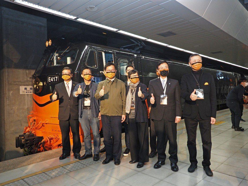 貴賓在鳴日號車頭合影。左起交通部觀光局局長張錫聰、立法委員許智傑、交通部部長林佳...