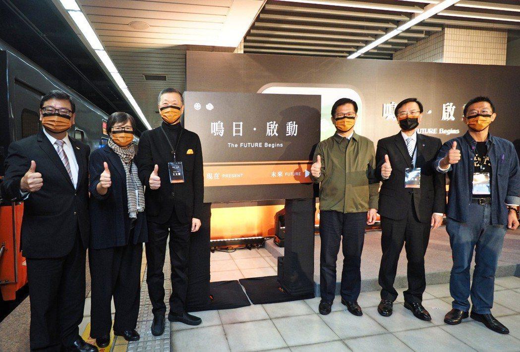 貴賓一同參加鳴日號記者會揭幕儀式。左起交通部觀光局局長張錫聰、台灣觀光協會會長葉...