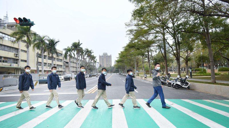 新竹市東山、培英街周邊環境改善工程完工,市長林智堅(右)昨天訪視放學情形,表示可提供學生與居民安全步行環境。圖/市府提供