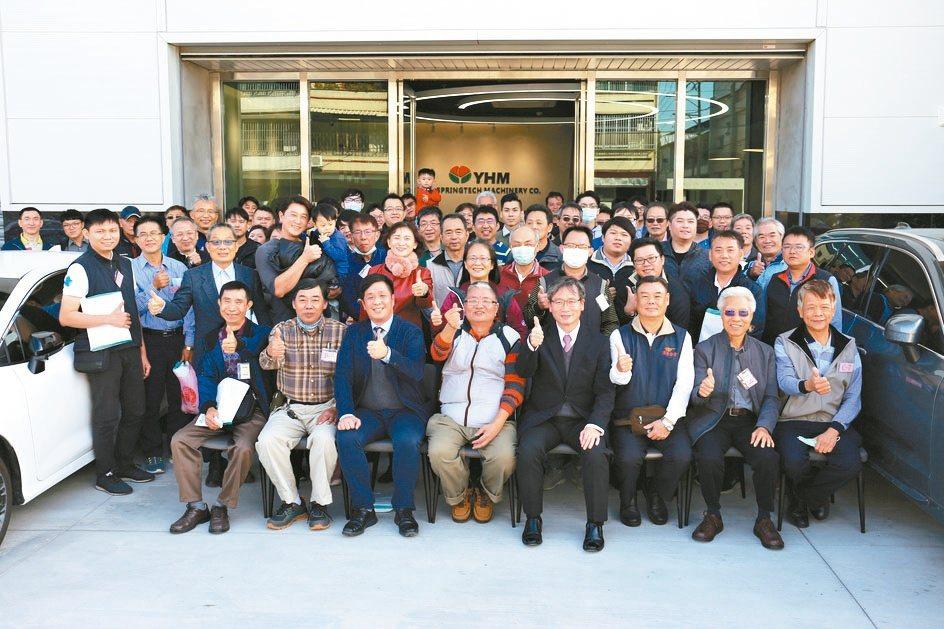 彈簧科技研究協會理事長林世益(前排左三起)、友匯機械總經理劉進隆、彈簧工業同業公...