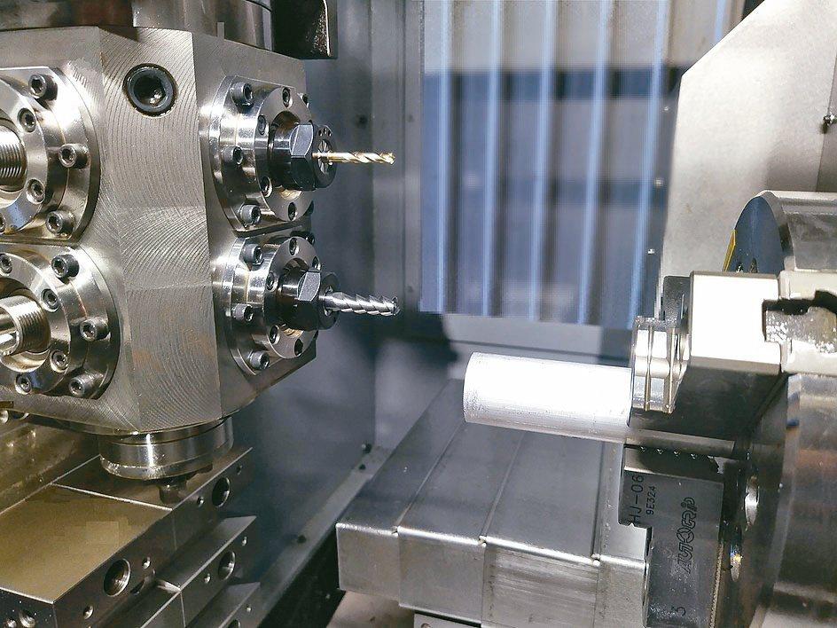 鎰超52型2STBCNC多功能車銑複合機內部結構。鎰超/提供